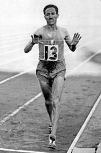 l-athlete-francais-alain-mimoun-35-ans-franchit-en-vainque.jpeg